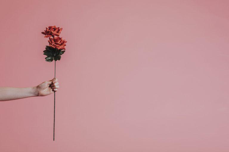 Ben je boos, pluk een roos…